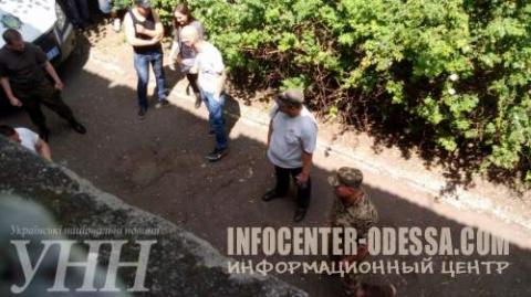 В Одессе радикалы забросила яйцами суд, где идет рассмотрение дела о трагедии 2 мая