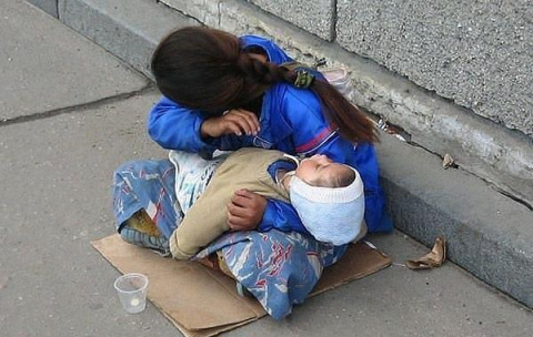 Почему спит ребенок? Всегда спит на руках у попрошаек. Ты никогда не задумывался?