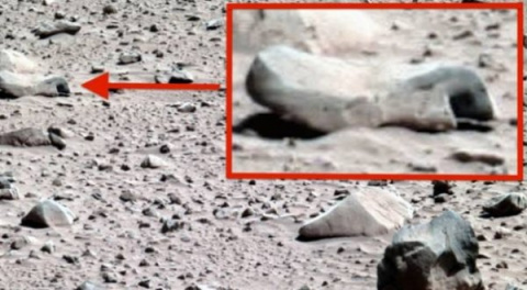 Кто проделал в марсианских камнях ровные квадратные дыры?