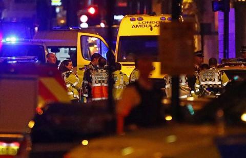 Неизвестный с ножом у Букингемского дворца ранил двух полицейских
