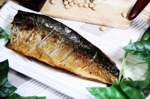Скумбрия за 3 минуты: вкуснейшая золотистая рыбка без коптильни и химии!