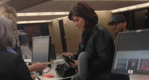 Фотография женщины, которая стоит в здании аэропорта, моментально разлетелась по Интернету! И вскоре Вы поймете причину (ФОТО)!