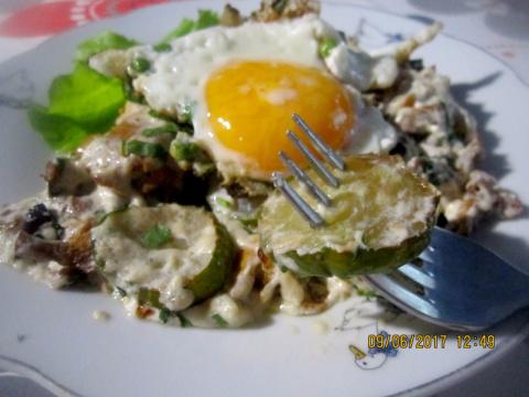 Огурцы тушеные в сметане с грибами