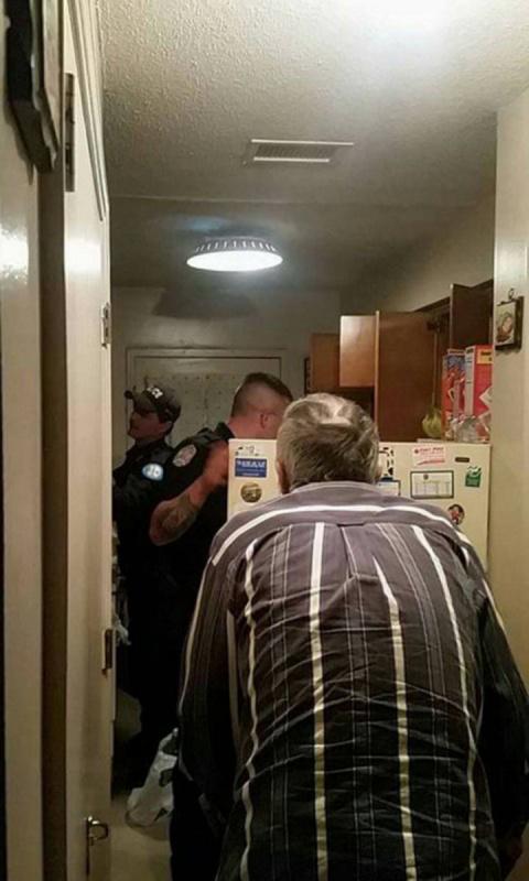 Полицейский открыл холодильник 79-летнего старика...