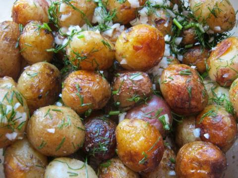 Молодой картофель жареный с чесноком и укропом
