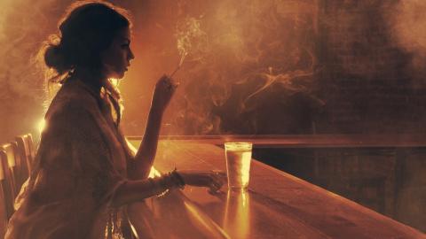 В баре.