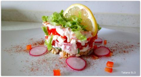 Слоеный овощной салат с куриной грудкой и сыром фета