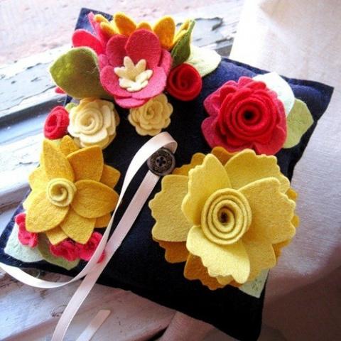Украшение подушек цветами из фетра. Идеи +МК