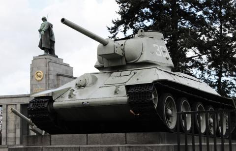 Ветеран танкист на параде рассказал нам про почти героический случай на войне