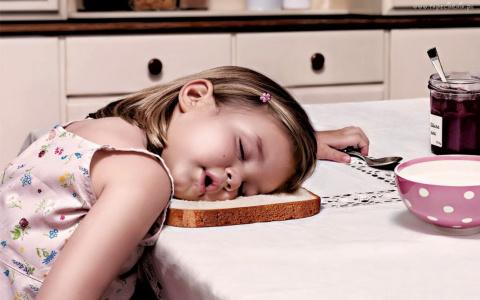 Почему нас клонит в сон после еды и какие продукты в этом виноваты
