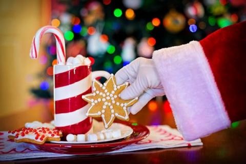 Мужчина в костюме Санта-Клау…