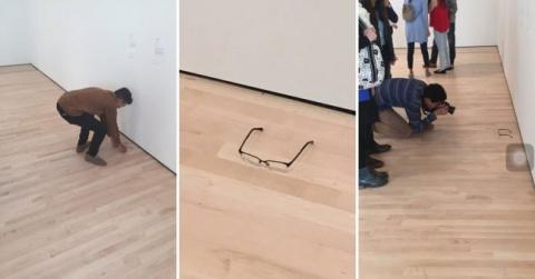 Парень положил очки на пол в…