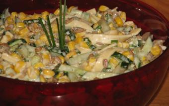 Салат из огурцов, кукурузы и сыра