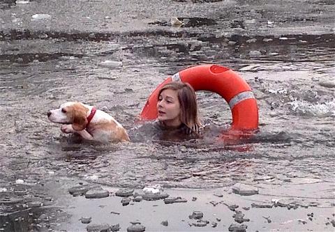 Спасение пса из ледяной воды