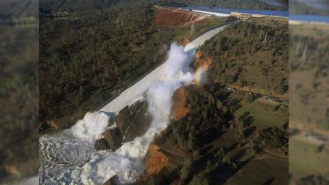 В США рушится плотина. Жителей срочно эвакуируют.