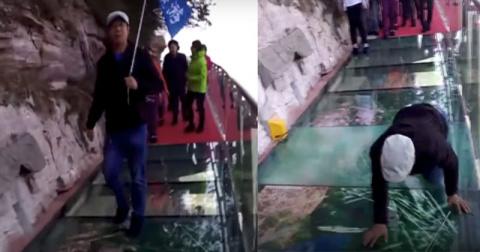 Туристы гуляли над обрывом п…