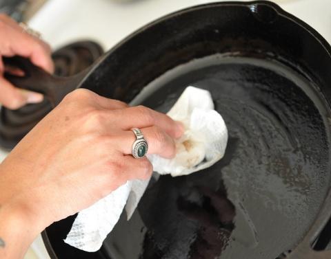 Как закалить чугунную сковор…