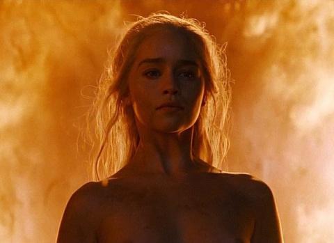 Эмилия Кларк полностью разделась для нового эпизода «Игры престолов»