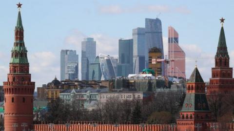 Два мифа о Москве: высасывает все соки или обогащает Россию