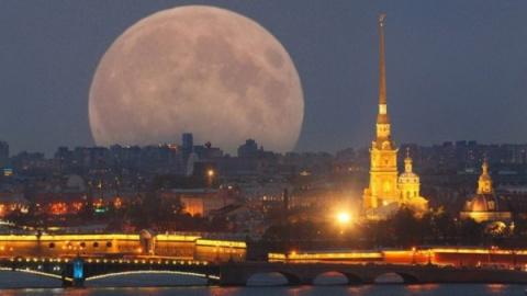 Луна приблизилась к Земле на…
