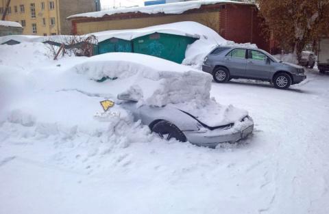 В Новосибирске грузовик проехал по капоту машины засыпанной снегом