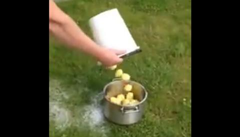 Мужской лайфхак: как почистить 1 килограмм картофеля за 1 минуту