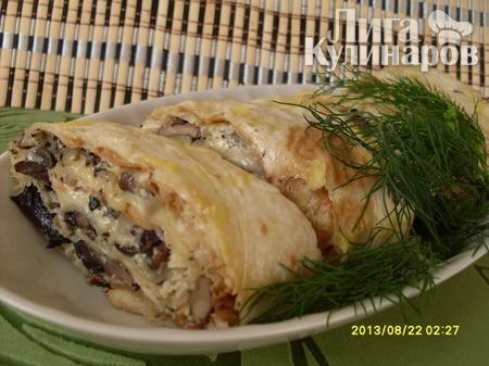Запеченный рулет из лаваша с грибами и курицей