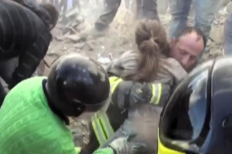 Спасатели обнаружили эту девочку уже мертвой. Сердце щемит от того, что они увидели под ее телом.