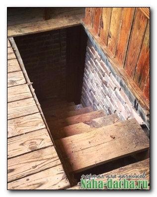 Деревянная лестница в подвал своими