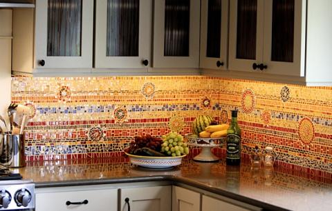 Мозаичные «фартуки»: 6 невероятных стен для кухни