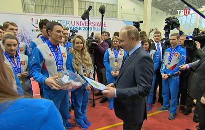 Путину в Красноярске подарили плюшевую лайку. Видео
