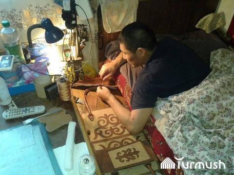 Жена бросила инвалида умирать, но вместо этого он начал шить сумки из кожи