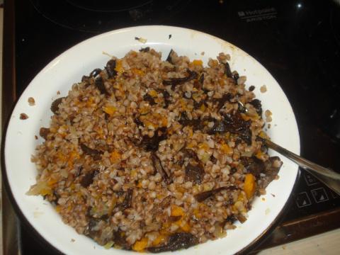 Гречневая каша с луком и грибами в тыкве (постное)