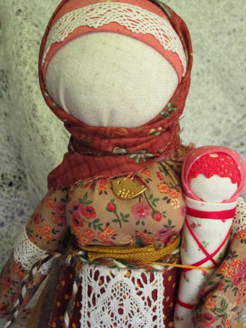 Мамушка-нянюшка с дитятком и Берегиня рода.