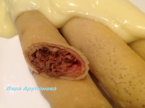 Ванильные блинчики с начинкой из чернослива под сливочно - ванильным соусом.