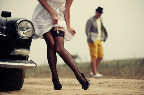 Когда женщина надевает чулки, в ней сразу что-то меняется...Зачем она так оделась?