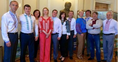 Эксперты по этикету шокированы камуфляжными нарядами депутатов Рады и заправленными в брюки вышиванками