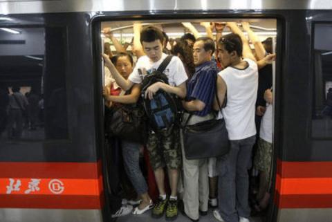 Тут вам не Европа! Китайцы забили наглых мигрантов в метро