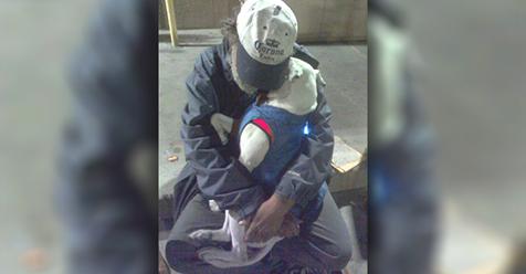 Умирающий бездомный отчаянно…
