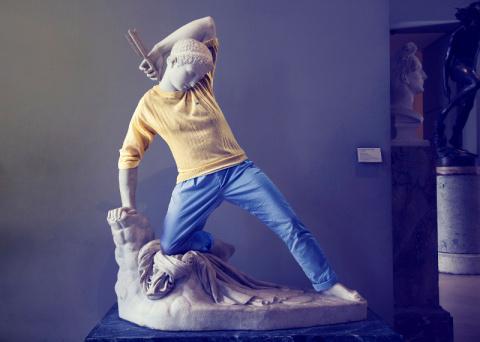Хипстостатуи. Фотопроект, в котором скульптуры примеряют современную одежду