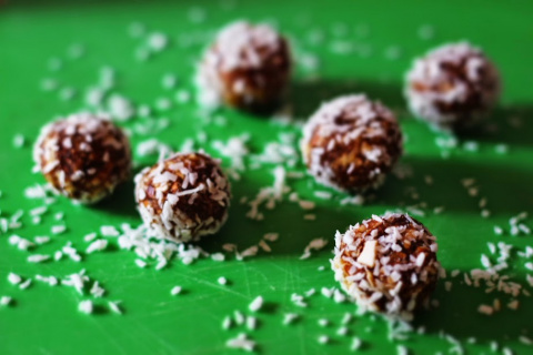 Финиковые конфеты с миндалем