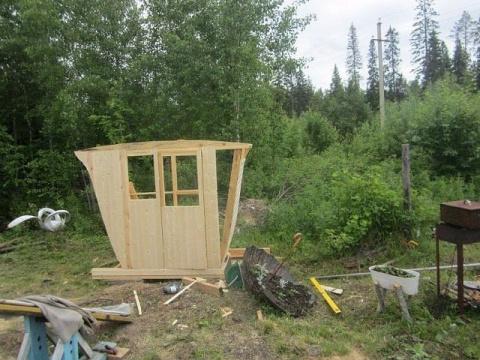 Идею нового туалета на даче, жена вынашивала почти год. Хотелось чего-то нового, нетривиального, такого чтобы ни у кого не было. В начале года работа закипела. Закупили деревянных брусков, «вагонки» и приступили к строительству… кареты