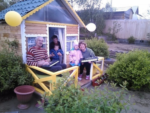 Дедушка на даче для внуков построил собственный домик