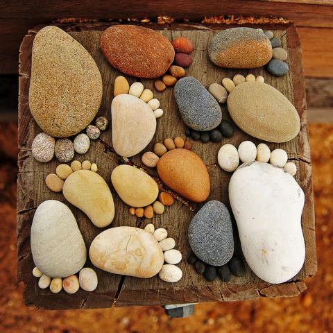 Смешные следы из камней