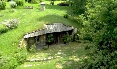 Этот холм в Словении скрывает в себе волшебный домик хоббита