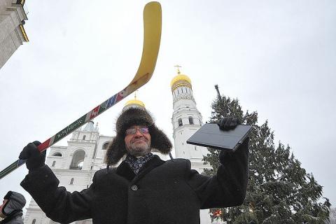 Из кремлевской елки изготовят клюшки и сувениры для волонтеров