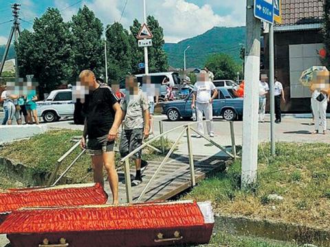 Жители Геленджика вышли на протест с гробами