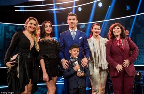 За главной наградой ФИФА Роналду пришел с сыном и девушкой