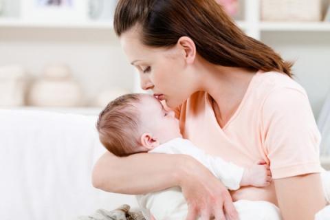 Ручной малыш: Нужно ли брать ребенка на ручки, когда он плачет?