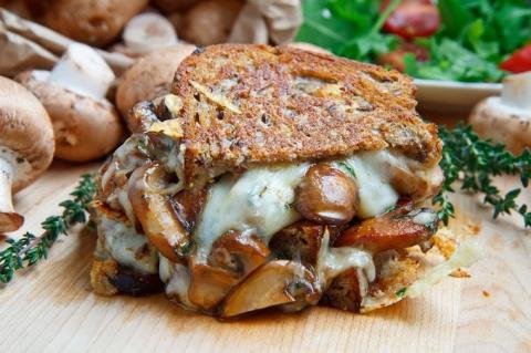 Бутерброд-гриль с шампиньонами и сыром
